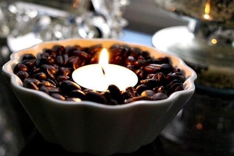 Kahve çekirdeklerinin tam ortasına bir mum ekleyin